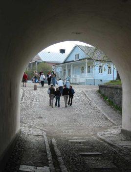 Väkeä Suomenlinnassa